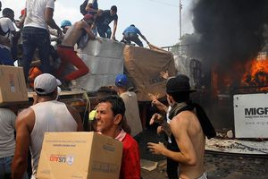 Lộ thủ phạm ném bom xăng vào xe chở hàng cứu trợ của Mỹ ở biên giới Venezuela