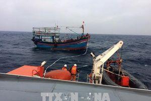 Cứu hộ kịp thời 8 ngư dân bị mắc cạn, chìm tàu trên biển