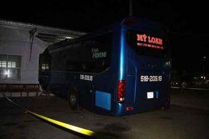 Xe khách lao vào nhà chờ làm 6 người thương vong