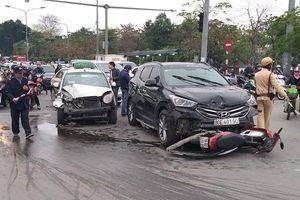 Lái xe Santafe nghi ngủ gật đâm hàng loạt xe đang dừng chờ đèn đỏ, 1 người bị thương