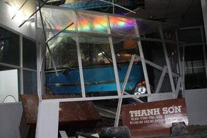 Xe khách tông nhà chờ bến xe, 1 người chết dưới gầm, 5 người bị thương