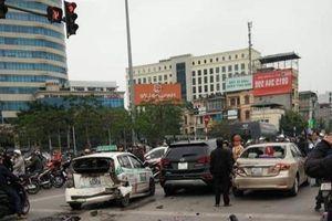Hà Nội: Santafe đâm liên tiếp 5 phương tiện dừng chờ đèn đỏ