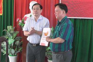 Trao quyết định nghỉ hưu đối với Chủ tịch huyện chưa có bằng đại học
