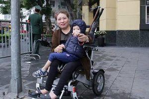 Xúc động hình ảnh hai bà cháu ngồi xe lăn có mặt từ sáng sớm để đón Chủ tịch Kim Jong-un