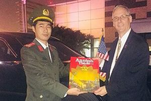 Phóng viên Báo An ninh Thủ đô tặng mật vụ Mỹ Báo Xuân Kỷ Hợi 2019