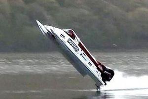 Bài toán thuyền máy chạy vòng quanh Trái Đất
