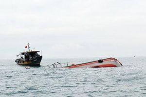 Va chạm tàu ở Bình Định: 15 ngư dân gặp nạn, 2 người chết và mất tích