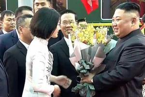Cô gái tặng hoa Chủ tịch Kim Jong-un là ai?
