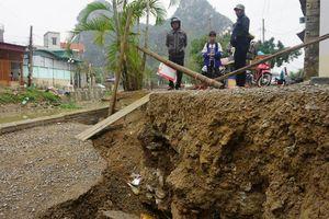 Đường bất ngờ bị sụt lún trong đêm, nhiều hộ dân phải di rời khẩn cấp