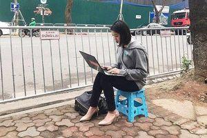 Dân mạng săn tìm nữ phóng viên Hàn xinh đẹp tác nghiệp ở Hà Nội