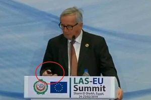 Chủ tịch Ủy ban châu Âu trả lời điện thoại của vợ giữa họp báo