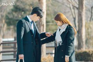 'Chạm vào tim em' tập 7: Lén lút cải trang mua chân gà, Yoo In Na bị Lee Dong Wook túm áo tra vấn