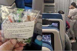 Sợ làm phiền khách trên máy bay, bà mẹ 'chu đáo quá mức' khiến dân mạng thán phục
