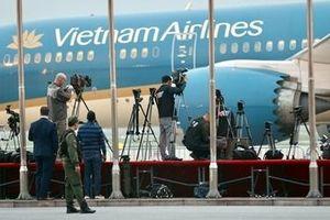 Phóng viên túc trực tại sân bay Nội Bài chờ đón Tổng thống Trump