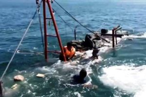 Tàu cá Bình Định bị chìm, cứu được 13 người, 2 người chết và mất tích
