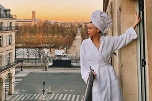 Chuyện showbiz: Hồ Ngọc Hà mặc áo choàng tắm ngắm Paris từ ban công
