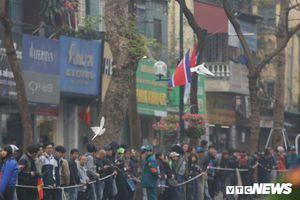 Cặp đôi bồ câu, biểu tượng hòa bình, tung cánh đón đoàn xe ông Kim Jong-un ở Hà Nội