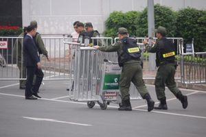 Hàng rào an ninh được thiết lập trước giờ Tổng thống Trump tới Việt Nam