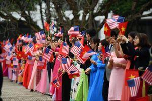 Người dân đón chào Tổng thống Mỹ