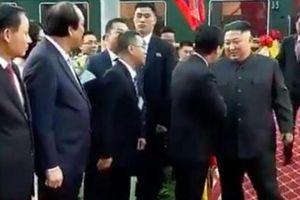 Phiên dịch của ông Kim Jong -un bất ngờ nổi tiếng trong 1 nốt nhạc