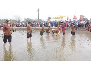 Phục dựng lễ hội Vua Hùng dạy dân cấy lúa