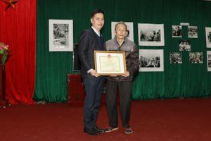 Trao tặng Kỷ niệm chương Vì sự nghiệp văn thư, lưu trữ cho NS Mầu Hoàng Thiết