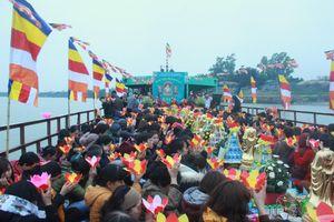 Hàng trăm người dự lễ phóng sinh tại bến phà sông Hồng