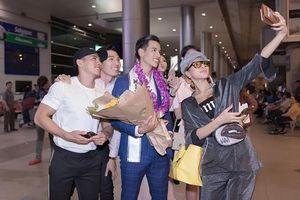 Dàn mỹ nam mỹ nữ đón Nam vương Quốc tế Trịnh Bảo về nước giữa đêm
