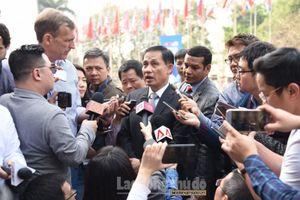 Thứ trưởng Lê Hoài Trung lý giải việc Tổng thống Mỹ cầm lá cờ Việt Nam