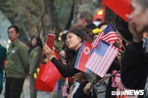 Người dân đứng chật kín hai bên đường chờ Tổng thống Trump và Chủ tịch Kim Jong-un