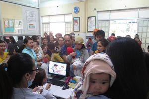 Quảng Nam: Chen lấn để mong được chích ngừa vaccine cho con