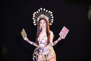 Đưa cả 'gánh Lô tô' lên sân khấu, trang phục dân tộc của Đỗ Nhật Hà gây tranh cãi