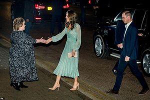 Công nương Kate Middleton diện đồ đắt tiền, hào hứng rót bia cùng chồng