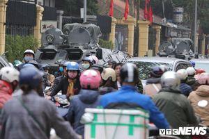 Xe bọc thép bị vây kín bởi các phương tiện khi lực lượng an ninh dọn đường