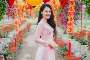 Điều chưa biết về nữ sinh tặng hoa tiễn Tổng thống Trump rời Việt Nam