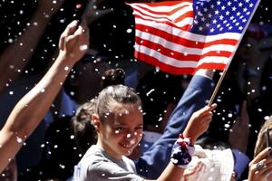 Sau nhiều tuần lo lắng, dân Mỹ 'thở phào' vì tiền hoàn thuế đã tăng