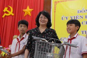 Phó Chủ tịch nước tặng quà cho gia đình chính sách, trẻ nghèo ở U Minh Thượng