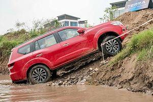 Cầm lái SUV Nissan Terra giá từ 988 triệu đồng tại HN