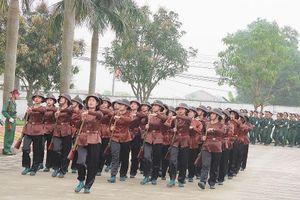 Nữ sĩ quan Nghệ An và nữ dân quân Làng Đỏ chỉnh tề duyệt đội ngũ