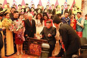 Chủ tịch Kim Jong Un thích thú chơi thử đàn bầu