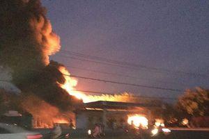 Xe bồn đang bơm xăng bất ngờ bốc cháy, cây xăng bị thiêu rụi