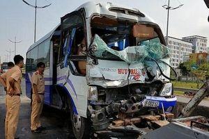 Xe khách tông vào đuôi xe container, nhiều người bị thương