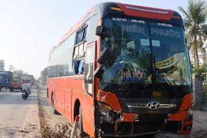 Quảng Ngãi: Xe khách mất lái cuốn xe máy vào gầm rồi tông trúng xe buýt dừng đón học sinh