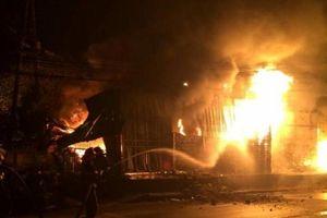 Cháy chợ vào rạng sáng, 30 ki ốt bị thiêu rụi