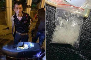 Lái xe gian, cầm ma túy bỏ chạy bị ngã trên phố Hà Nội