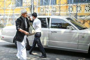 Đến tòa ly hôn, ông Đặng Lê Nguyên Vũ đi giày 75 nghìn, cưỡi 'quái xế' 6 tỷ đồng