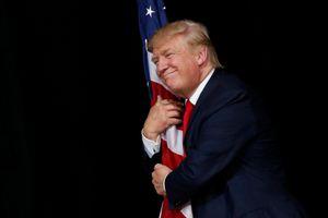 Tin ảnh: Ông Trump có hành động lạ?