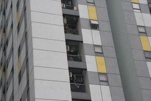 Vụ bé trai rơi từ chung cư Linh Đàm: Nhiều hộ dân chưa lắp chấn song cửa