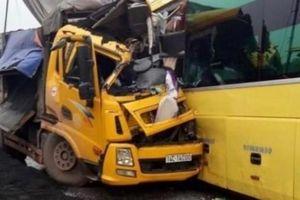Xe tải nát đầu sau va chạm với xe khách, 3 người bị thương