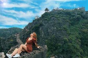 Bạn gái Quang Hải khoe ảnh 'sống ảo' gợi cảm trên đỉnh Hang Múa
